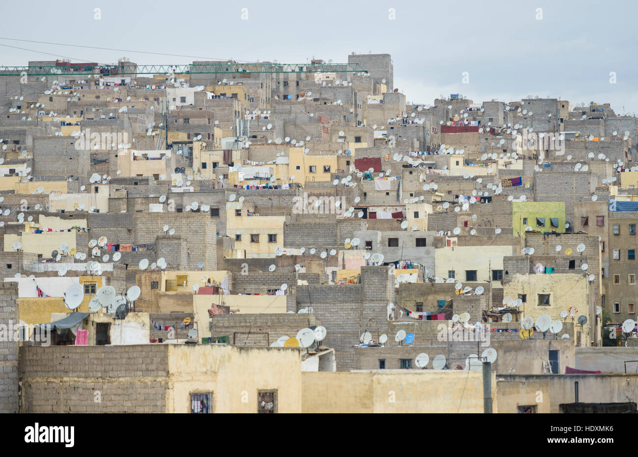 Antenne satellite madness, périphérie de fes, Maroc Photo Stock