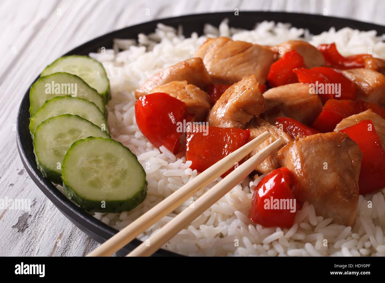 La nourriture asiatique: riz au poulet et légumes close-up horizontale. Banque D'Images