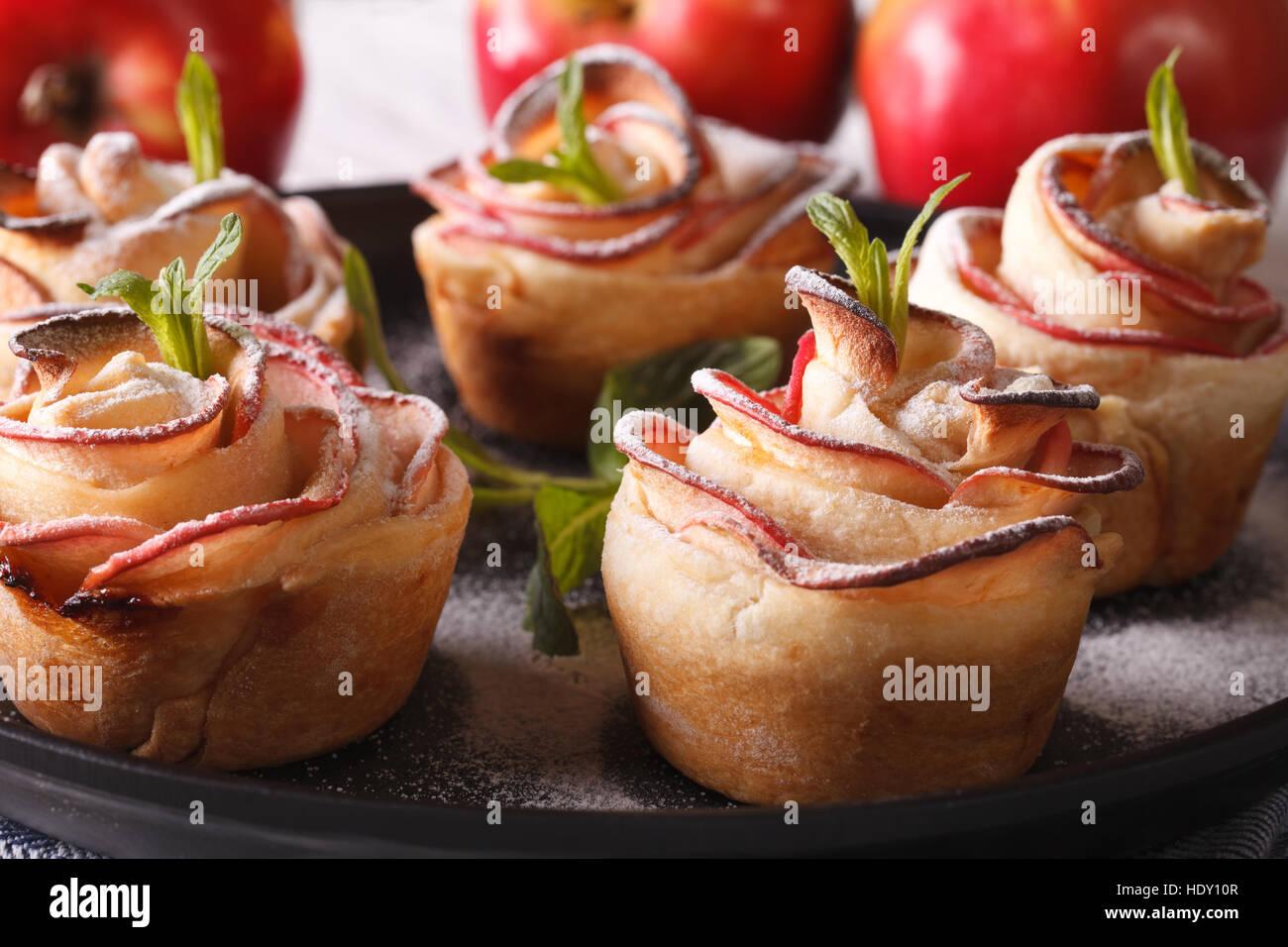 Tarte aux pommes en forme de roses. Pâtisserie de fête, macro horizontale Photo Stock