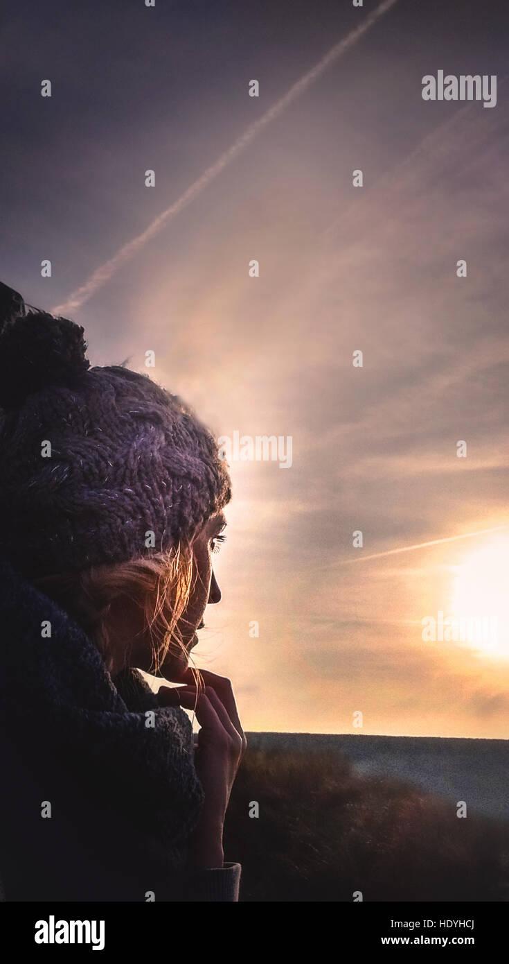 Jeune femme dans les champs Photo Stock