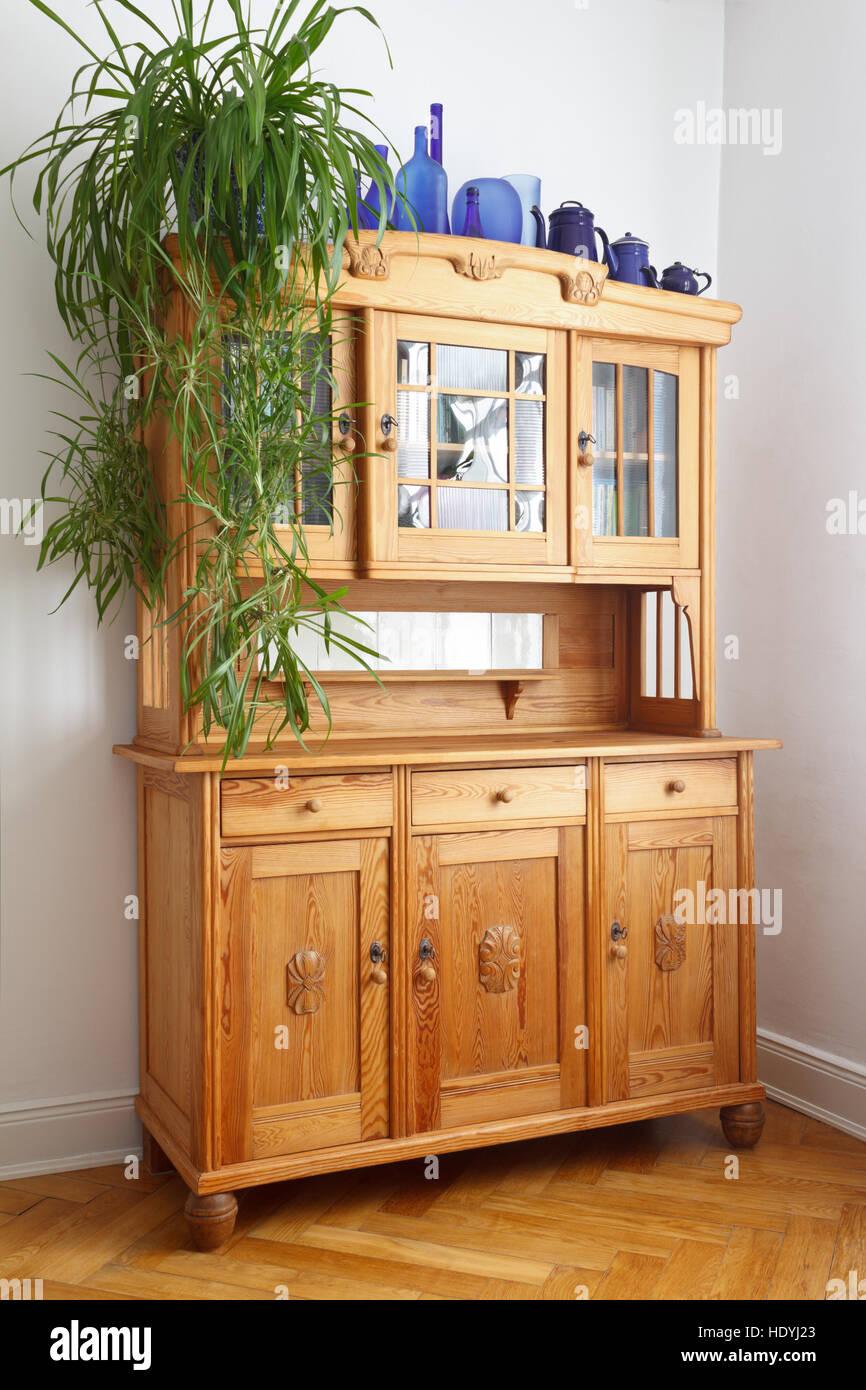 Old pine armoire avec portes en verre et en bois, tiroirs, sur chevrons en chêne parquet, mobilier nostalgique Photo Stock