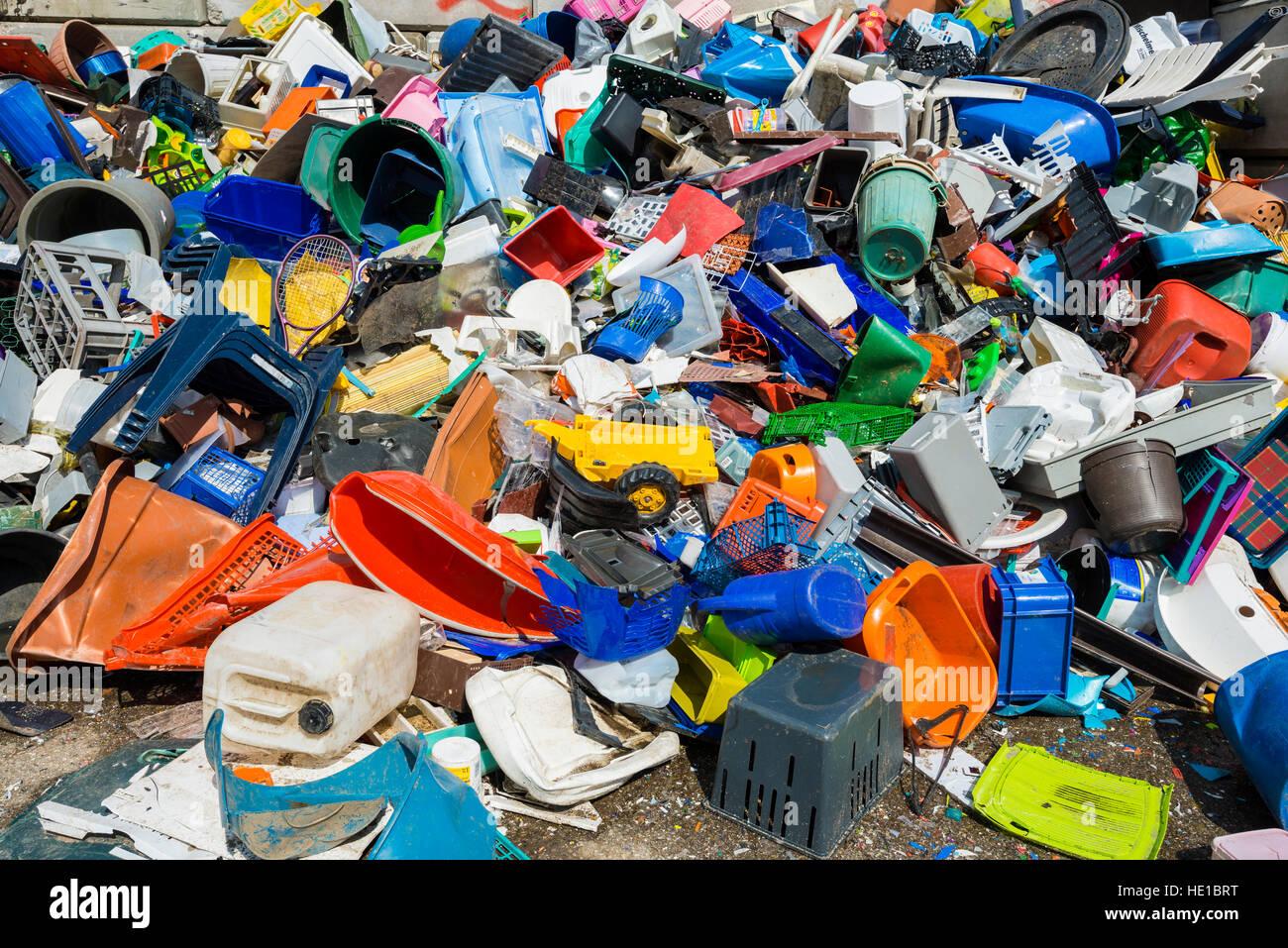 Ordures, déchets de plastique coloré trié pour recyclage Photo Stock