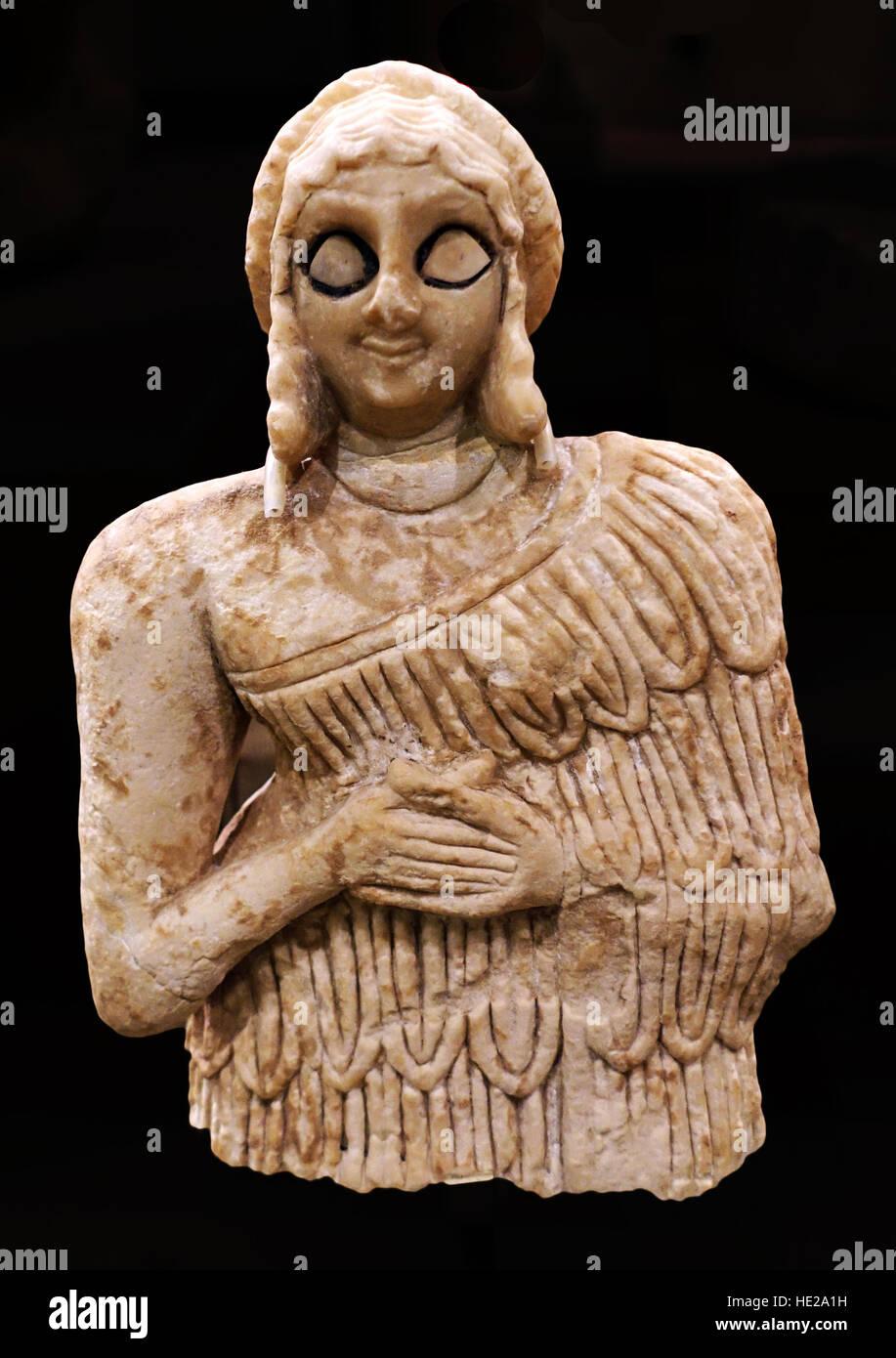 6026. Statue d'une femme en adorant poser, gypse, Khfajah, Mésopotamie, l'Irak, ch. 2650-2550 BC. Photo Stock