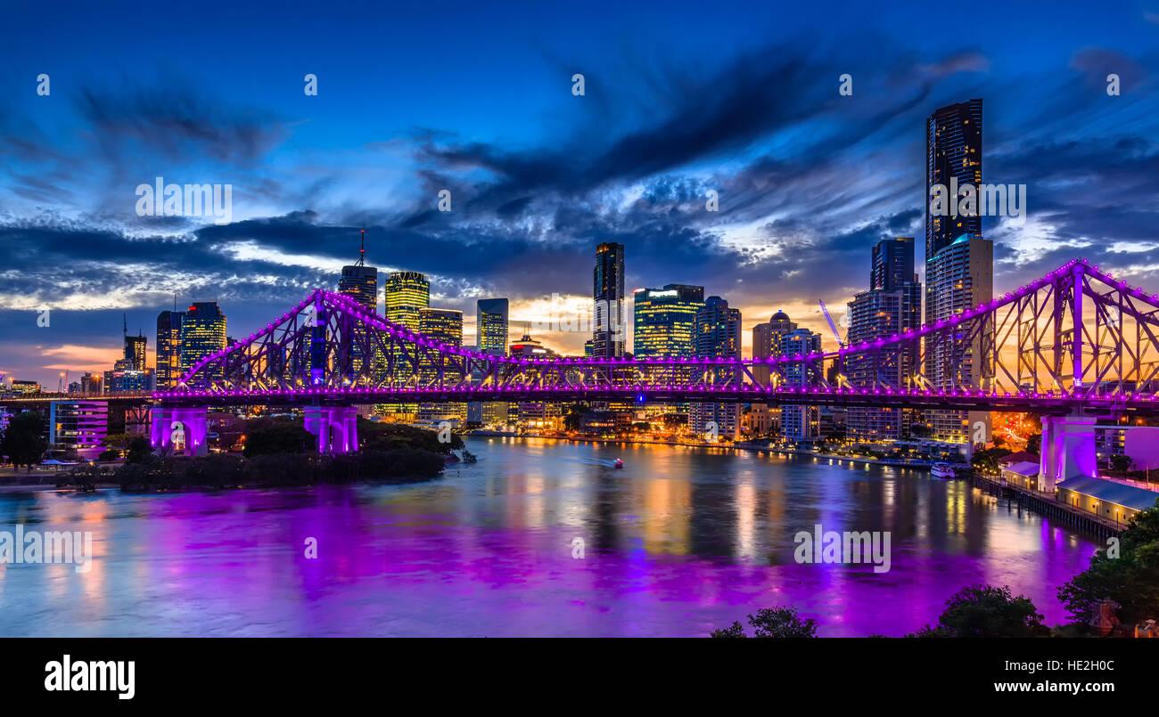La nuit animée panorama de ville Brisbane avec feux violet sur Story Bridge, Australie Photo Stock