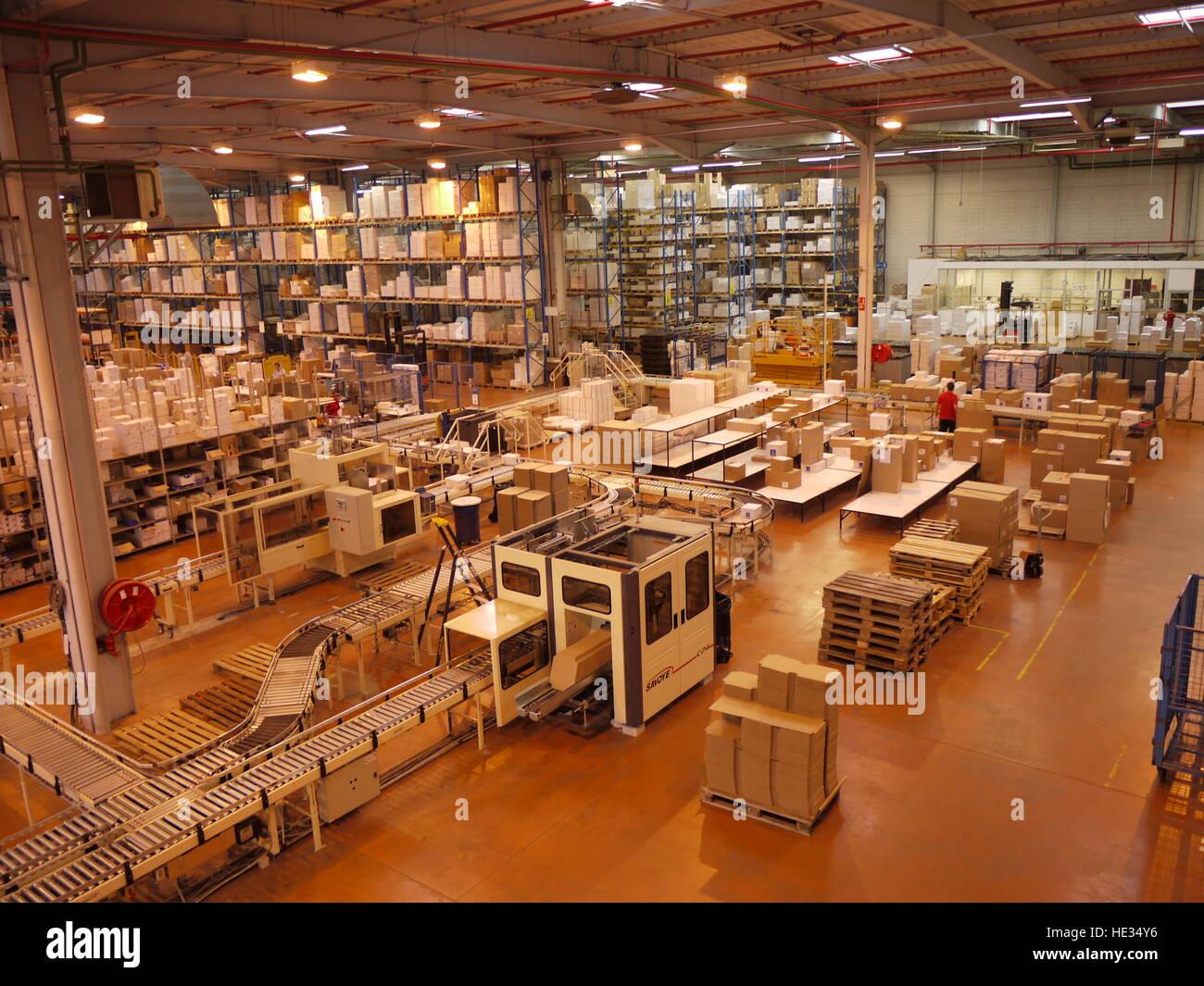 5c1eebdfde Dans l'entrepôt de l'usine de Thuasne, à Saint-Etienne, une ligne  automatique prépare les envois de commandes