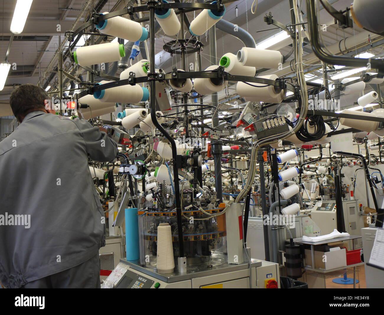 30678cb279 Machine à tricoter pour faire des chaussettes dans la principale usine de  Thuasne, à Saint-Etienne (France)