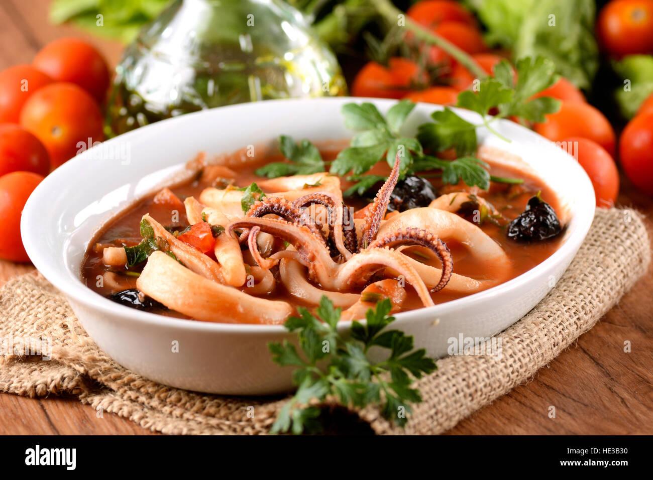 Soupe à la tomate et squid olives noires dans le bol Photo Stock
