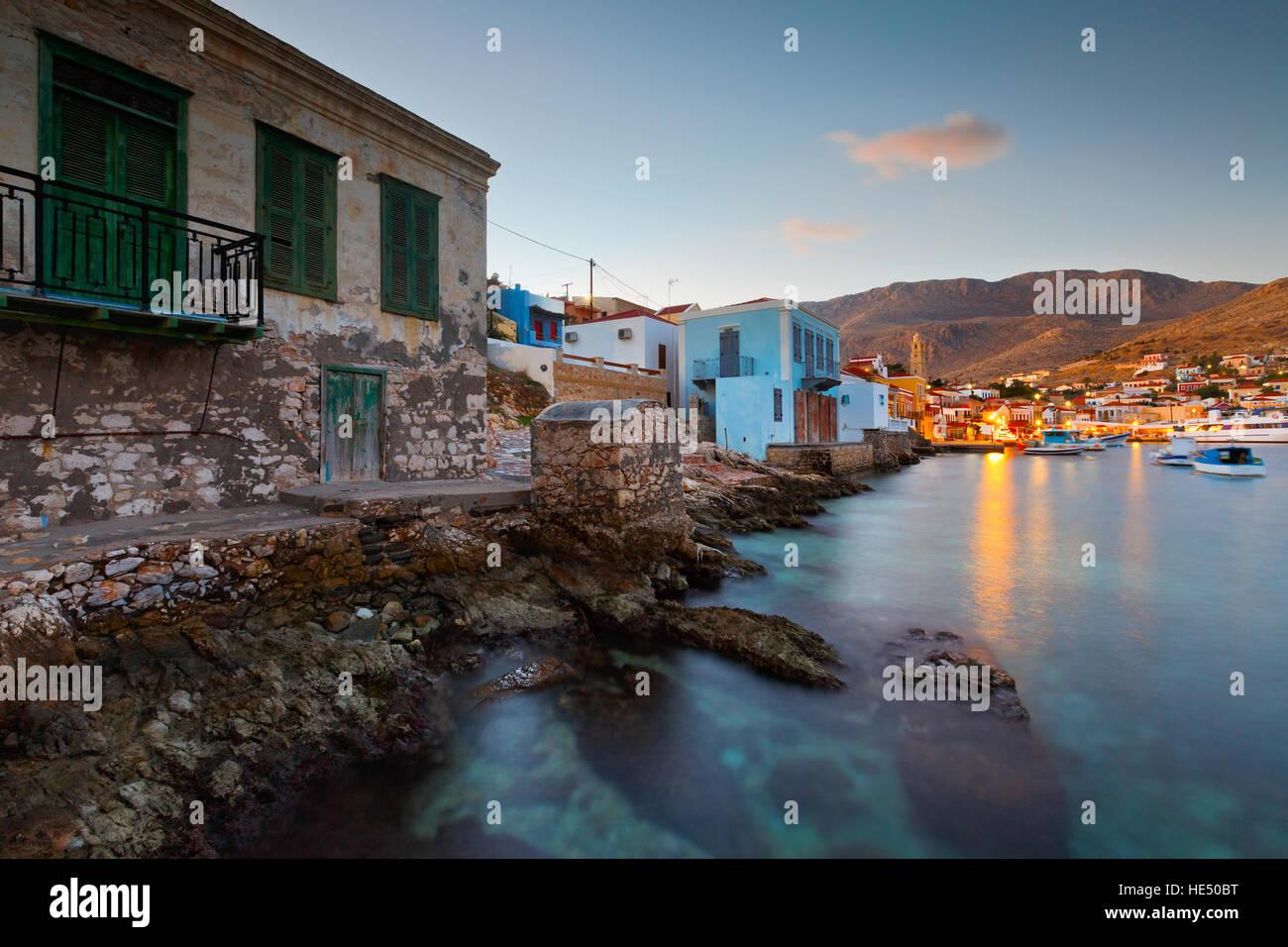 Vue de village de Halki et son port, la Grèce. Banque D'Images