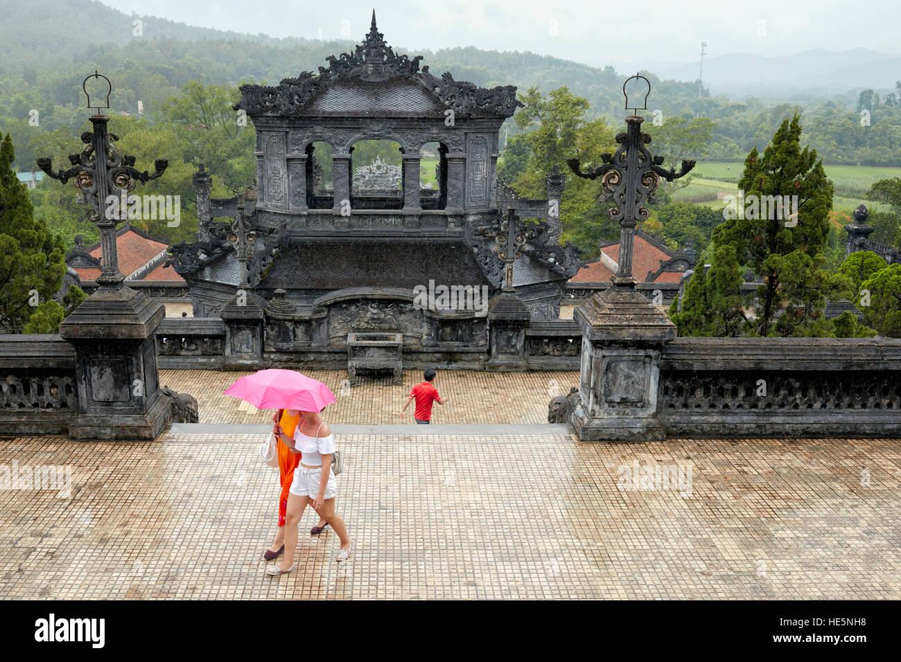Les touristes sur le tombeau de Khai Dinh (Ung tombe). Hue, Vietnam. Photo Stock