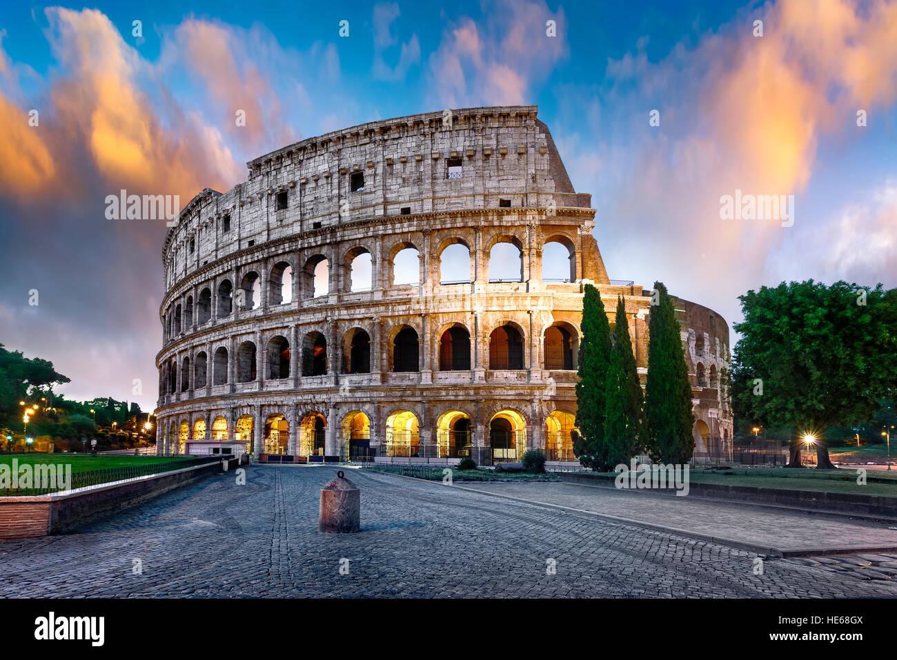 Colisée à Rome au coucher du soleil avec des lumières, de l'Italie Photo Stock