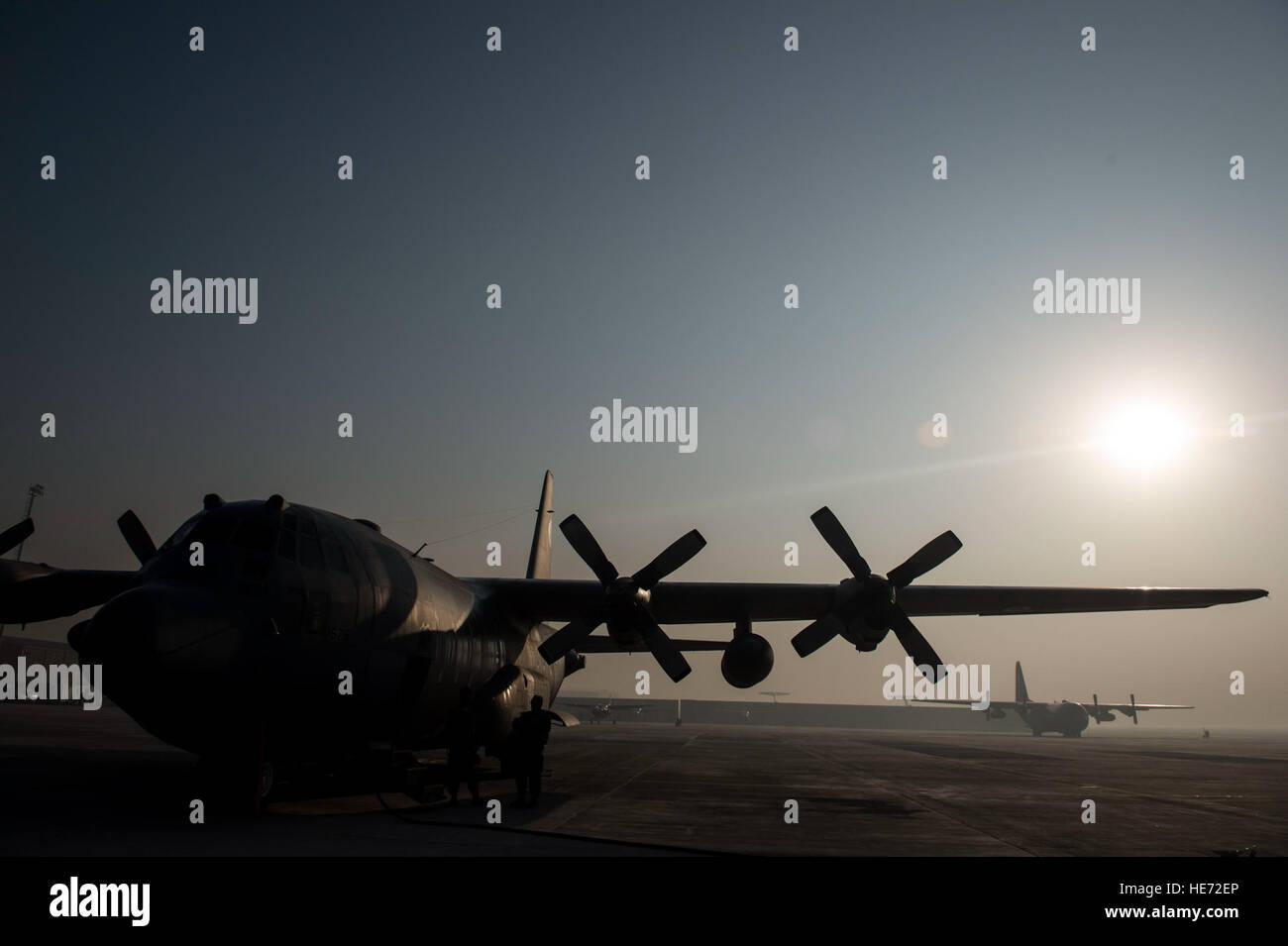 Un Afghan Air Force C-130H Hercules se trouve sur la piste à l'Aéroport International d'Hamid Karzai, Kaboul, Afghanistan, 6 décembre 2015. Le C-130 a une riche histoire de la prestation de transport aérien militaire partout dans le monde. Sa capacité de décollage et atterrissage courts permet un positionnement optimal pour l'Afghanistan est un terrain accidenté. Le s.. Crochet Corey Banque D'Images