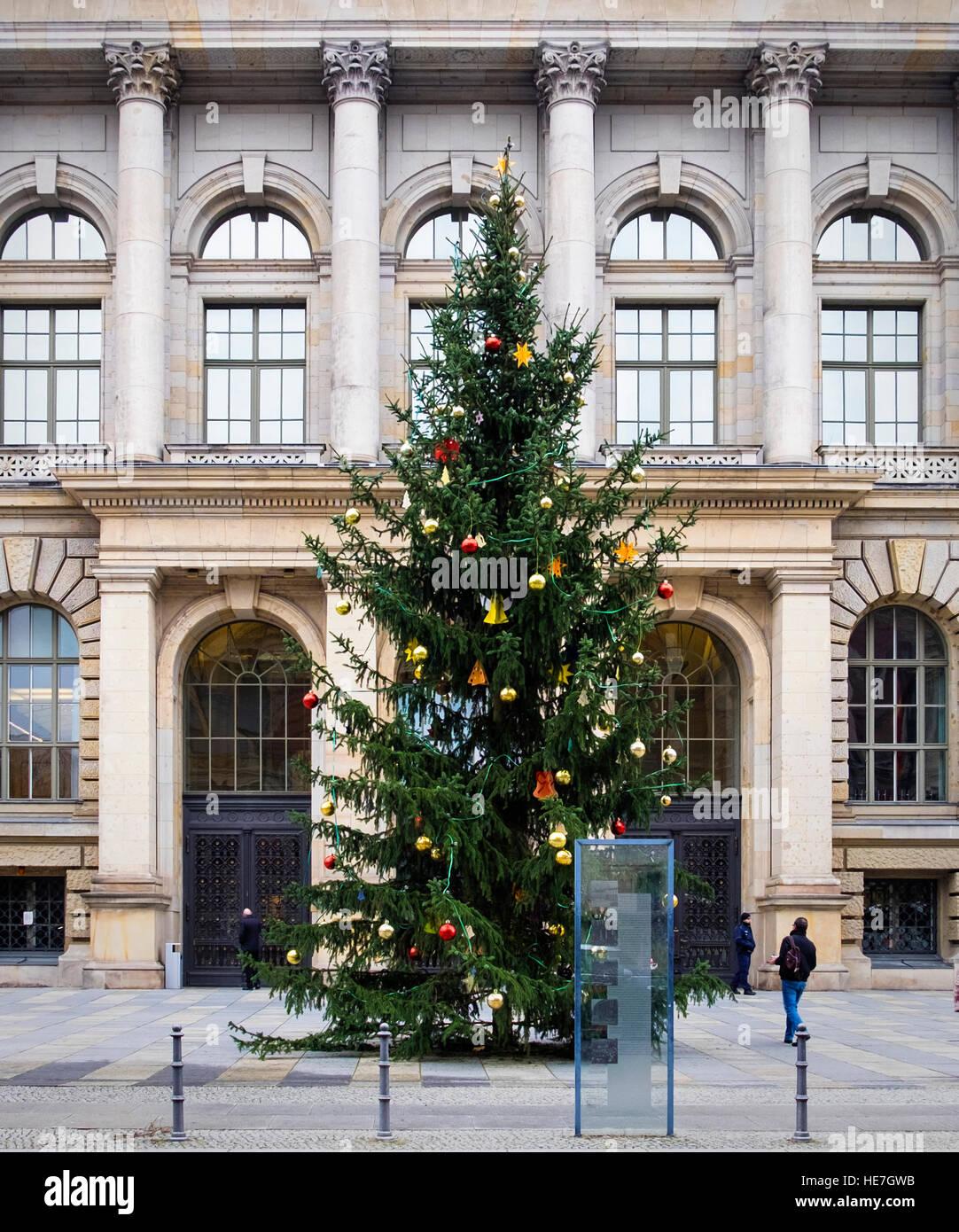 Arbre de Noël à l'extérieur de la Chambre des Représentants de Berlin, Abgeordnetenhaus von Berlin government building Banque D'Images