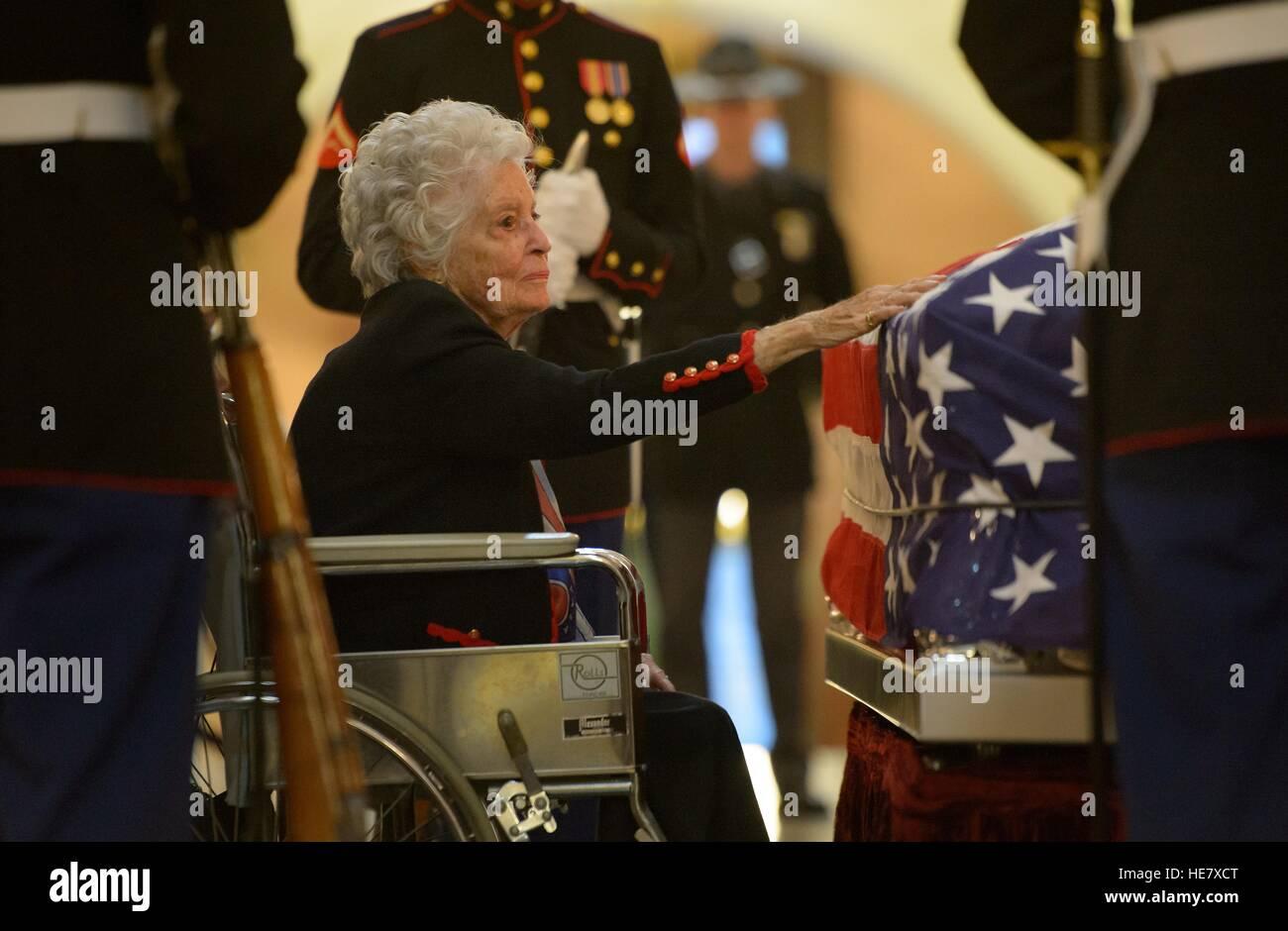Annie Glenn, veuve de l'astronaute et l'ancien sénateur John Glenn tend la main pour toucher le cercueil de son mari gisant au repos à la maison de l'état de l'Ohio, le 16 décembre 2016 à Columbus, Ohio. L'ancien pilote maritime, sénateur et premier homme en orbite autour de la terre est décédé la semaine dernière à l'âge de 95 ans. Banque D'Images