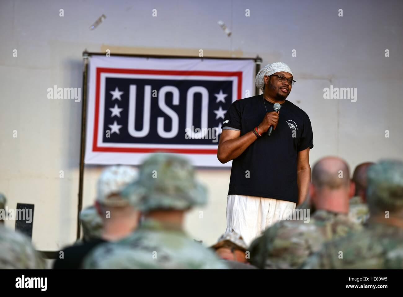 L'ancien joueur NBA Sam Perkins parle avec des soldats de la Garde nationale lors d'une tournée USO Photo Stock