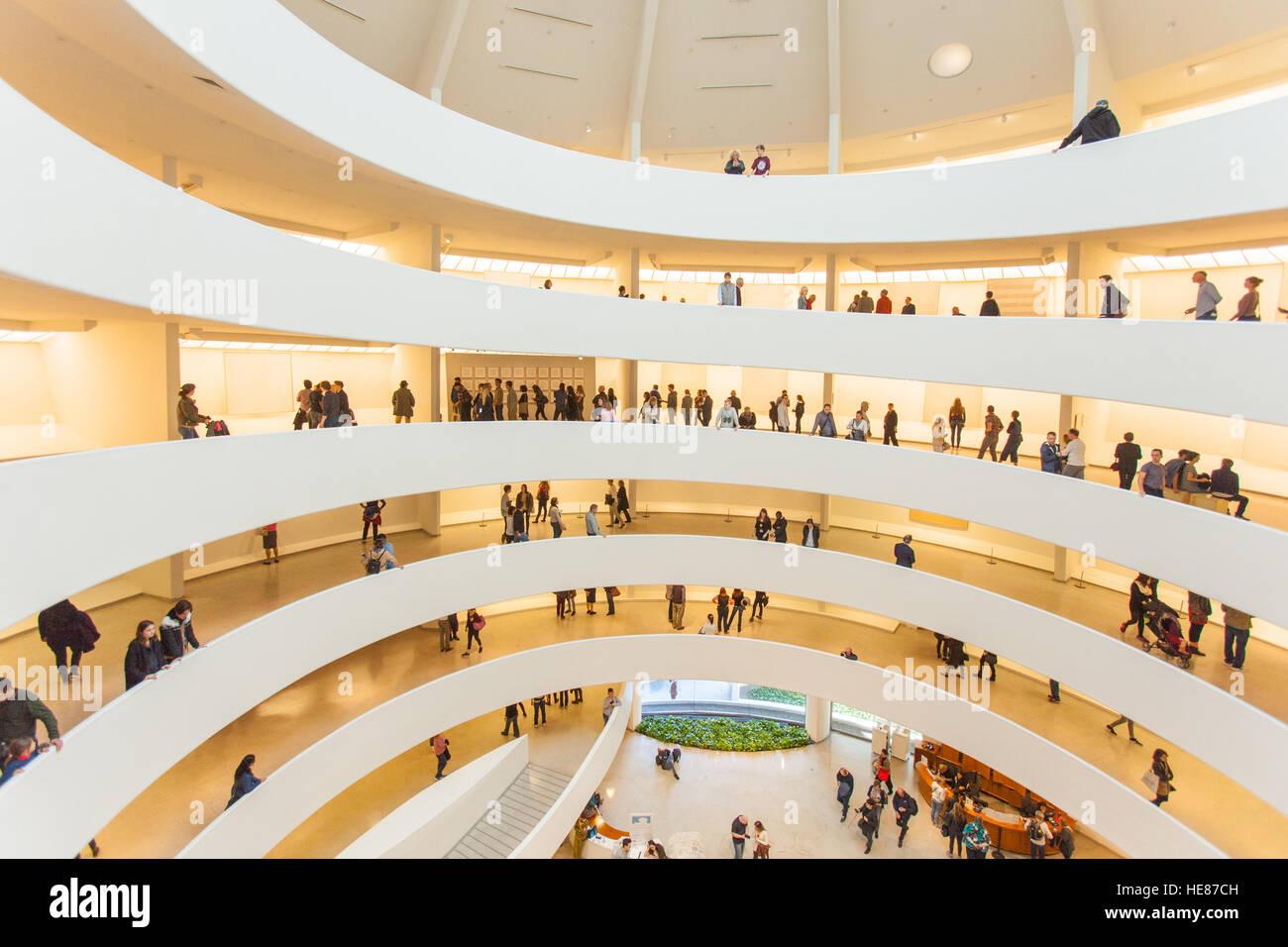 La spirale à l'intérieur de la rotonde du Musée Guggenheim, Cinquième Avenue, Manhattan, Photo Stock