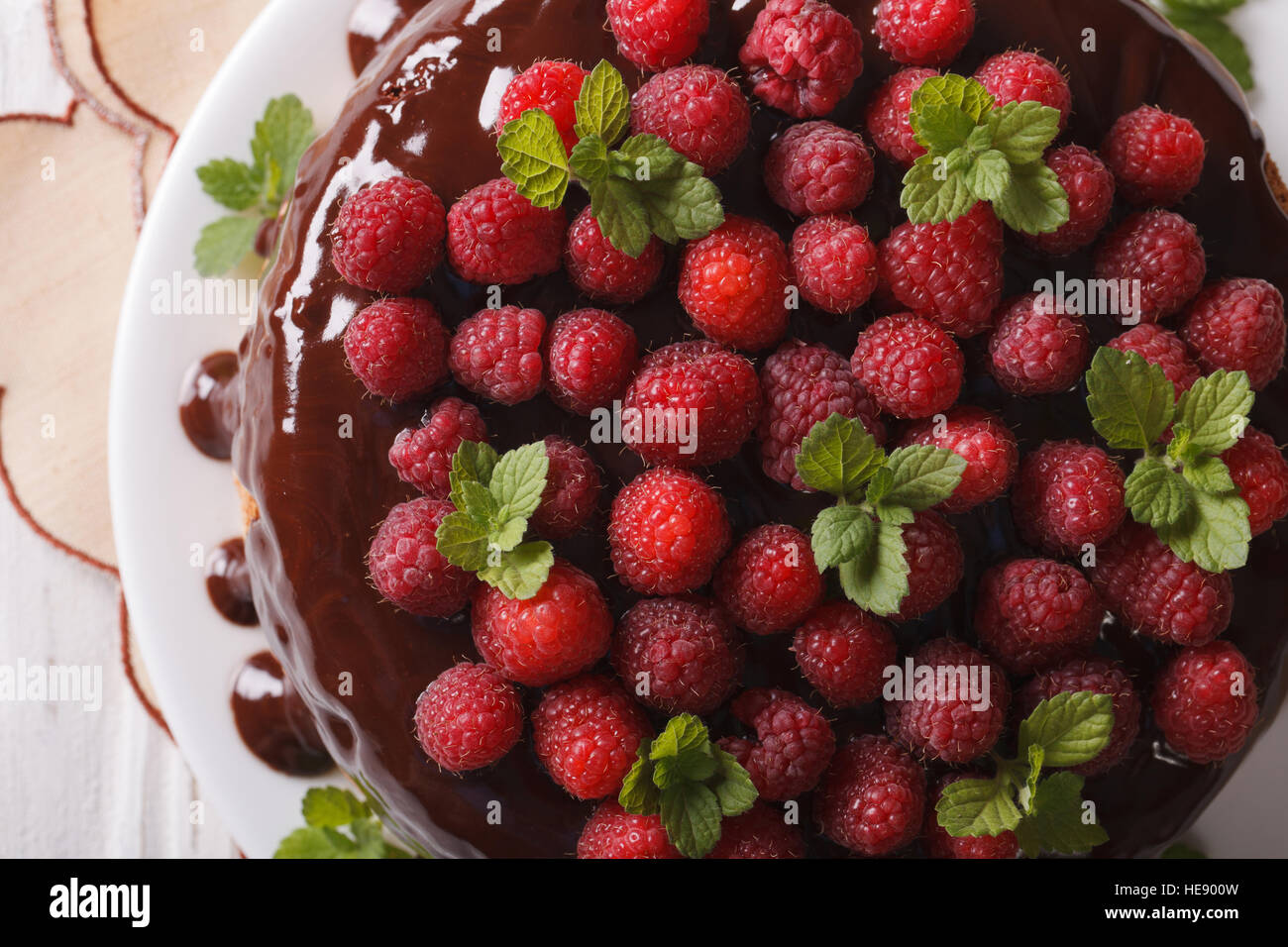 Gâteau au chocolat avec les baies fraîches close up on a white plate horizontale vue du dessus. Photo Stock