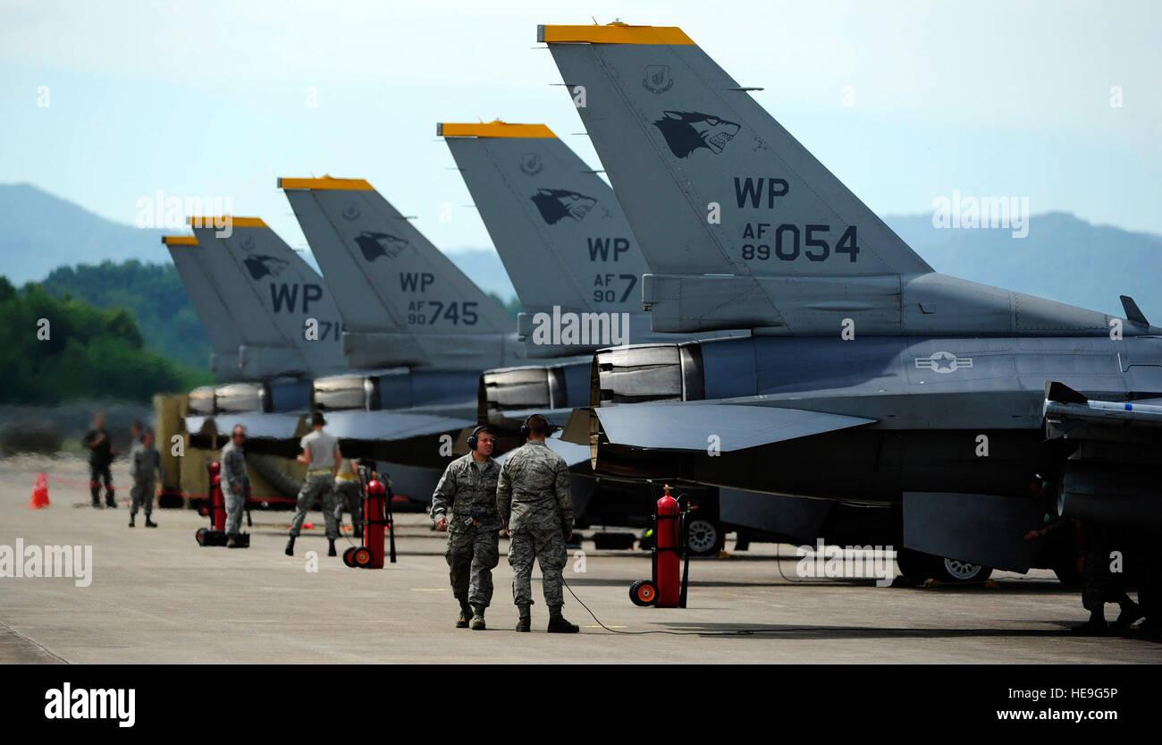 Aviateurs de la 80e Unité de maintenance d'aéronefs d'effectuer des inspections pré-vol sur F-16 Fighting Falcon du 80e Escadron de chasse à Jungwon Air Base, République de Corée, au cours de l'aile Buddy 15-6, Juillet 10, 2015. Dans un effort visant à renforcer la capacité de combat des États-Unis et ROKAF Buddy, formation de l'Escadre sont organisées plusieurs fois tout au long de l'année sur la péninsule d'aiguiser l'interopérabilité entre les forces alliées afin que, si besoin est, ils sont toujours prêts à se battre comme une force combinée. Le s.. Nick Wilson Banque D'Images