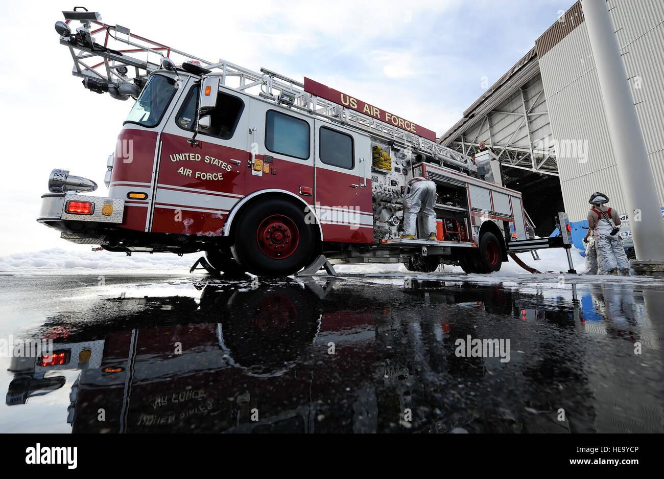 Le personnel du 436e incendie , SquadronDepartment Ingénieur Civil, préparer d'élever dans l'échelle Photo Stock