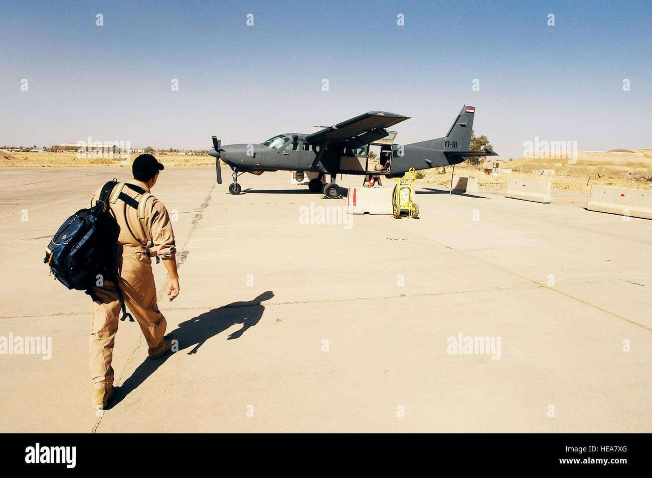Un pilote iraquien promenades pour un peuple iraquien AC-208 Caravan pour une mission de formation à Kirkuk Photo Stock