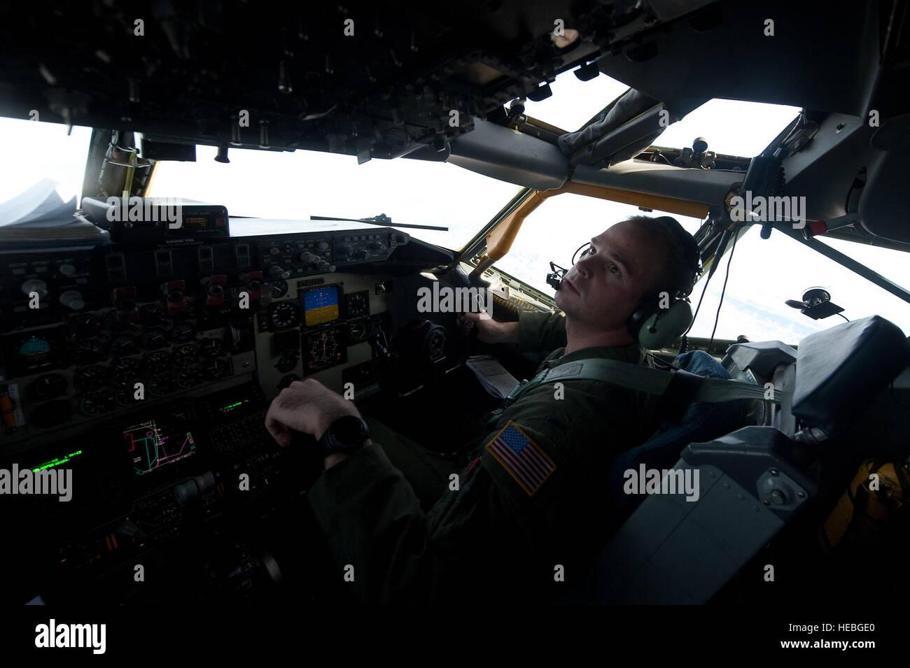 Premier lieutenant Paul Hesser, 384e Escadron de ravitaillement en vol co-pilotes, McConnell Air Force Base, Kan., Banque D'Images