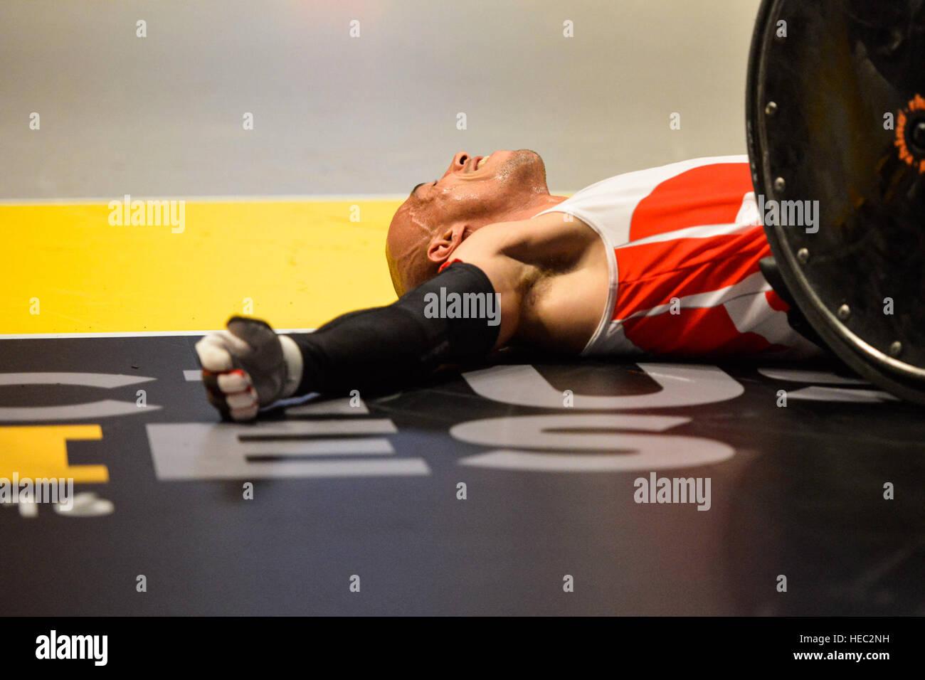 160511-F-WU507-106: Après avoir pris un gros coup, un athlète de l'Équipe Danemark fixe et attend l'aide pour son Banque D'Images