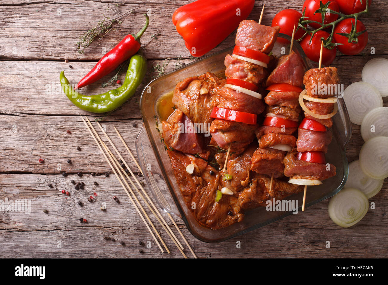 La préparation des aliments pour la cuisson sur barbecue Brochettes. vue horizontale de dessus, rustique Photo Stock