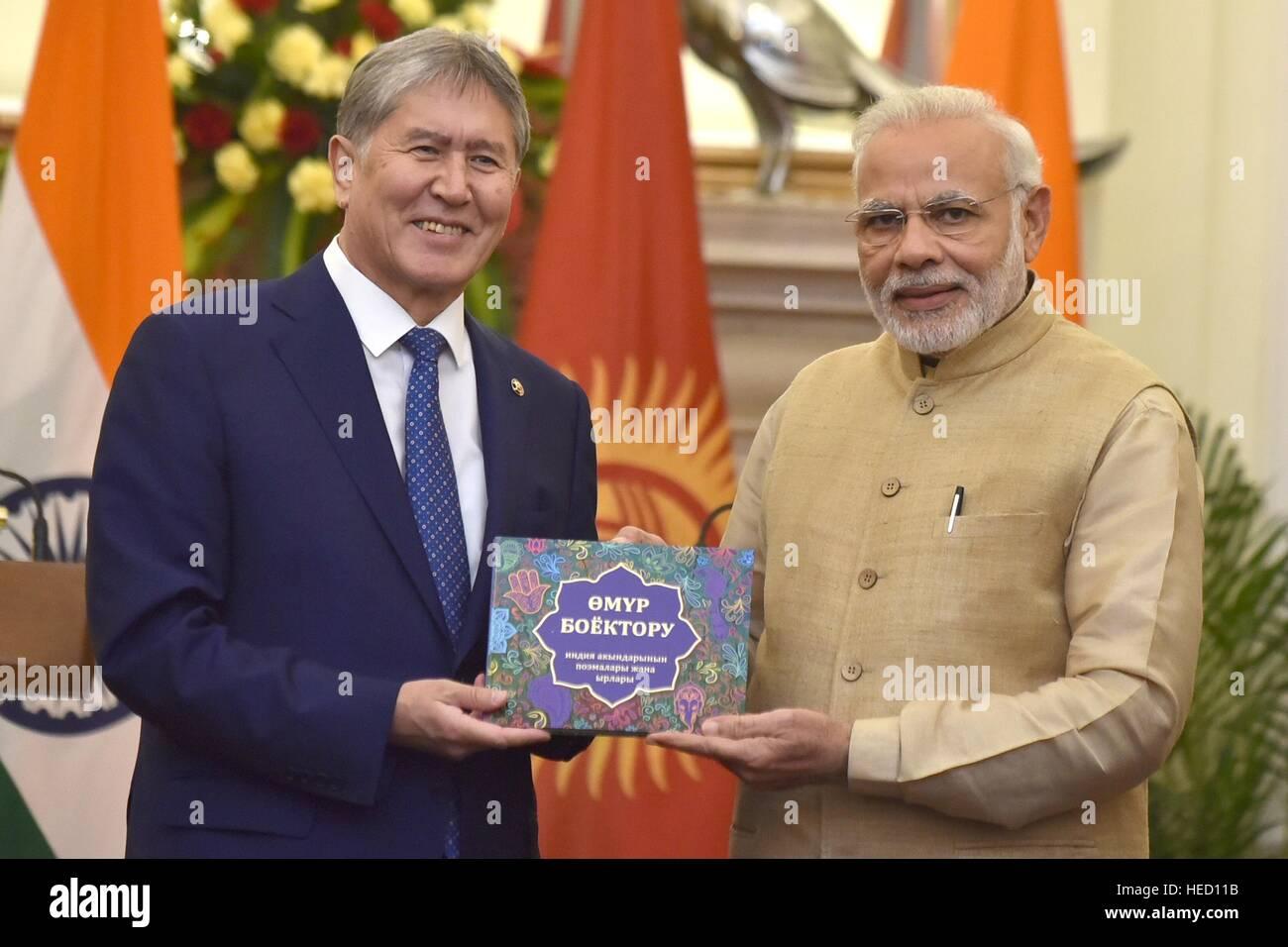 Le Premier Ministre indien Narendra Modi Président Almazbek Atambayev Kirghizistan présente une traduction de poèmes indiens le 20 décembre 2016 à New Delhi, en Inde. Banque D'Images