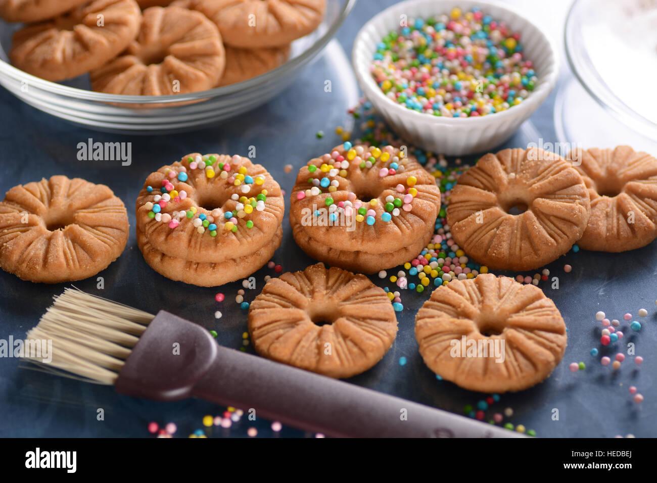 Cookies décorés de perles de sucre sur la table bleu Photo Stock