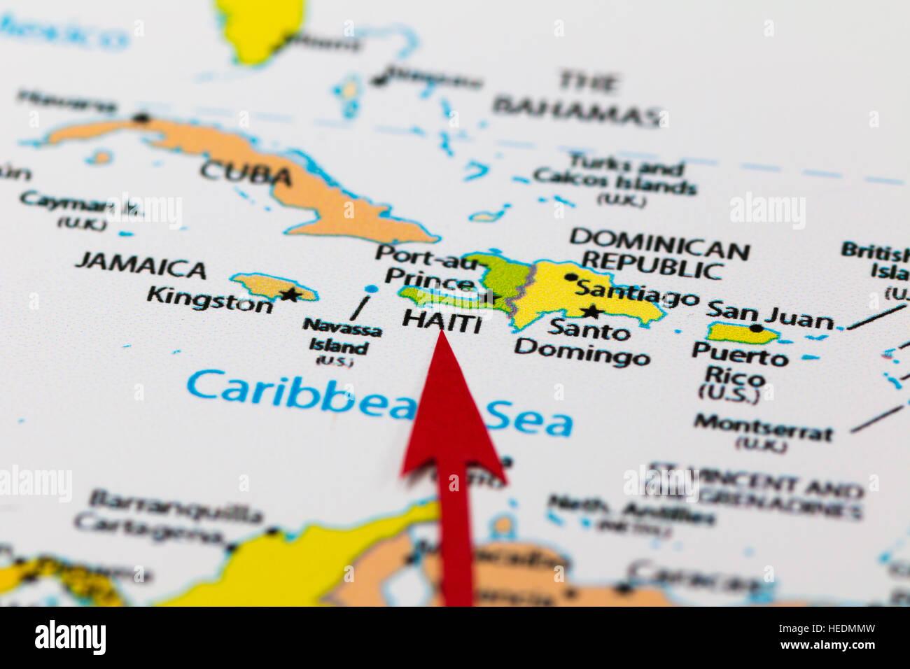 Flèche rouge pointant Haïti sur la carte du continent nord-américain et des Caraïbes Banque D'Images