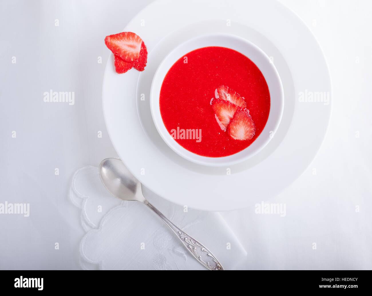 Soupe de fraises avec une serviette blanche sur une table Photo Stock
