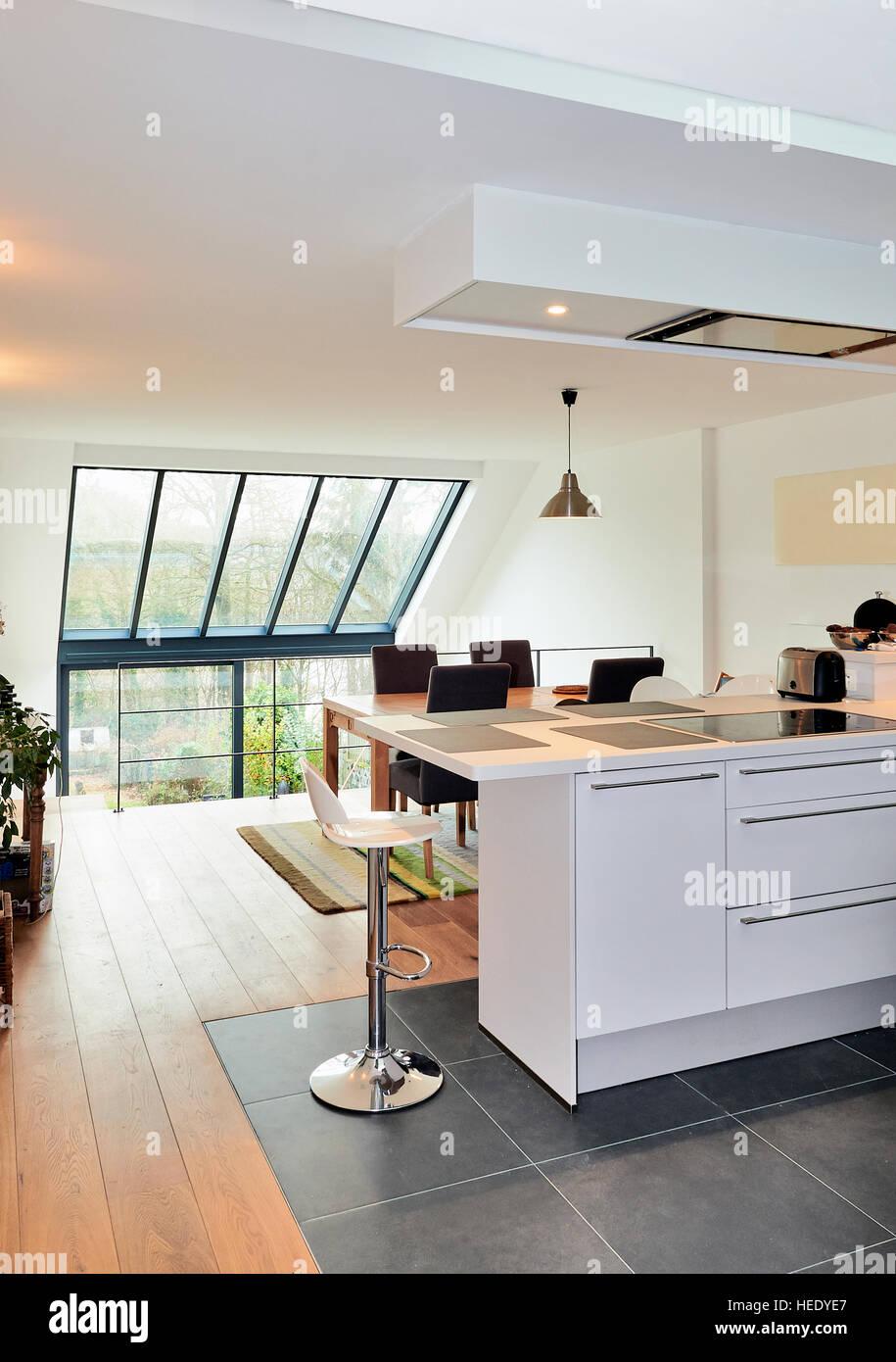 Cuisine ouverte moderne dans maison rénovée avec vue sur un ...