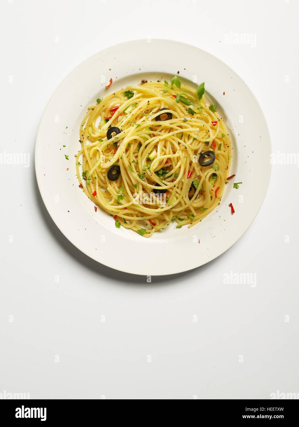 Spaghetti A L Ail Poivrons Rouges Huile D Olive Les Courgettes