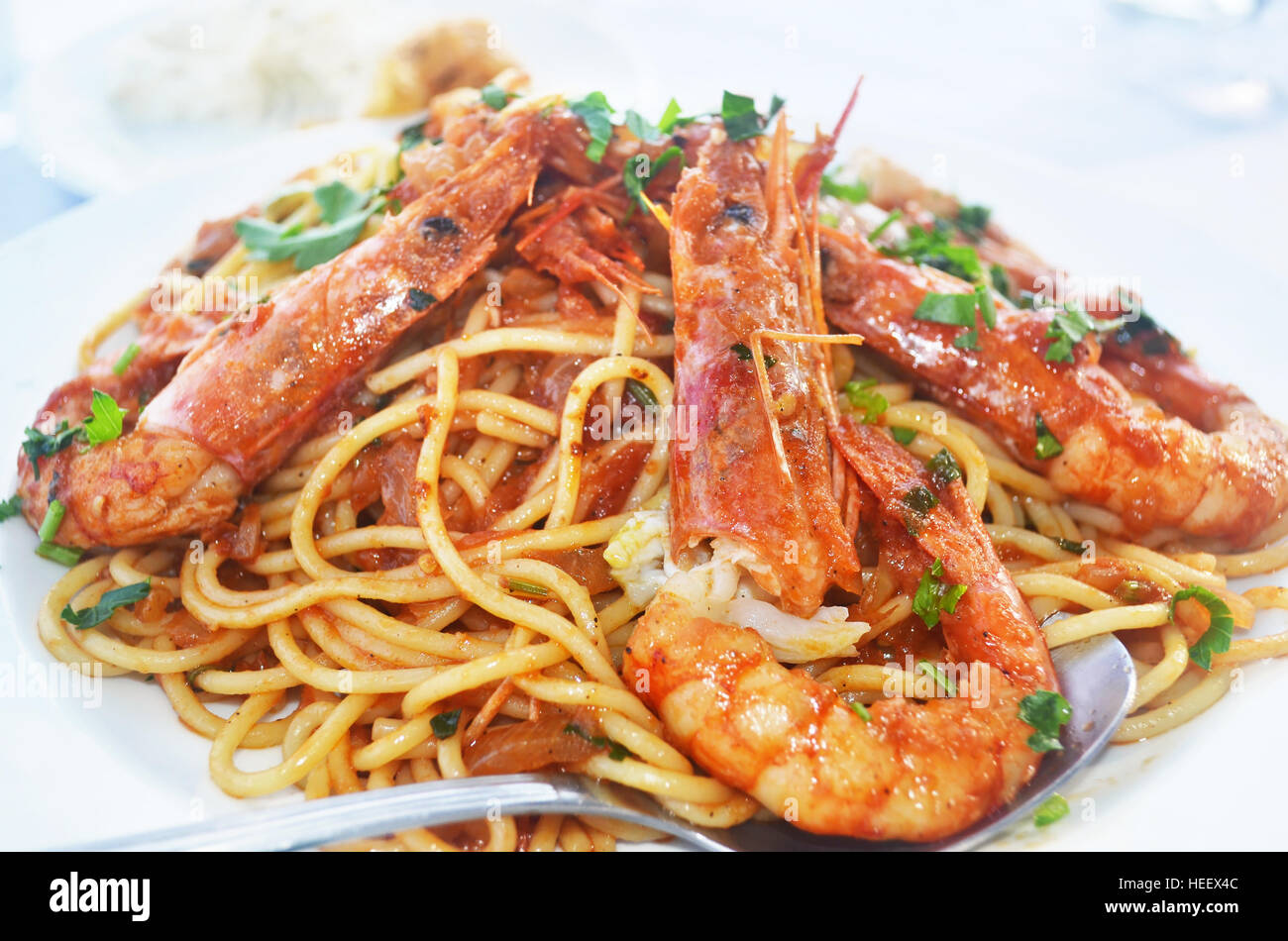 Fruits de mer méditerranée - Pâtes aux crevettes à une taverne grecque Photo Stock