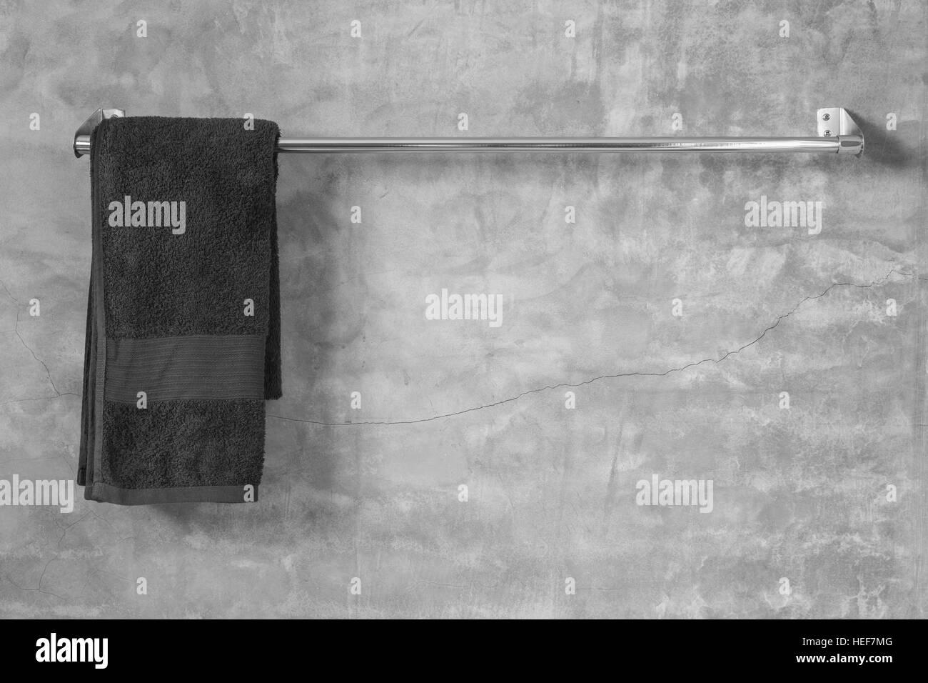 Porte Serviettes En Acier Inoxydable Sur Mur De Ciment Gris Avec