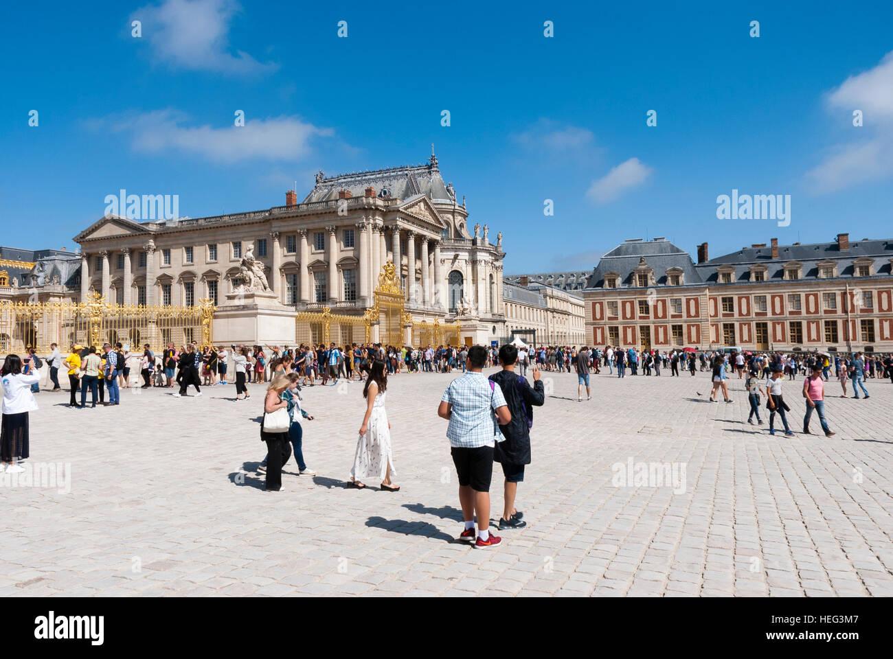 Des foules de touristes à l'extérieur du Château de Versailles France Banque D'Images