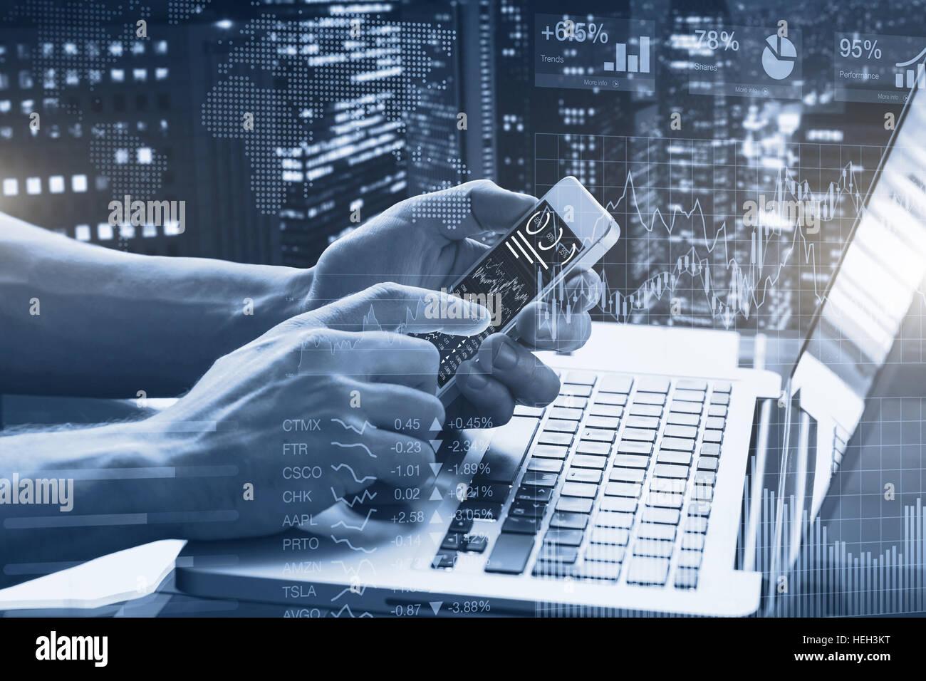 Résumé de l'exposition Double graphiques financiers, de personne d'affaires à l'office à l'aide de smartphone et ordinateur portable avec tableau de bord du marché boursier, et de la construction Banque D'Images