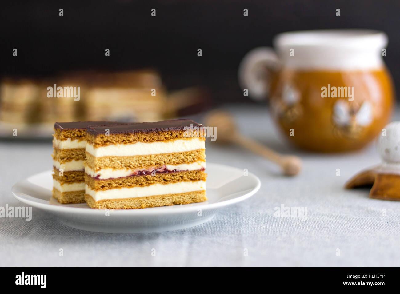 Les tranches de gâteau de miel fait maison Photo Stock