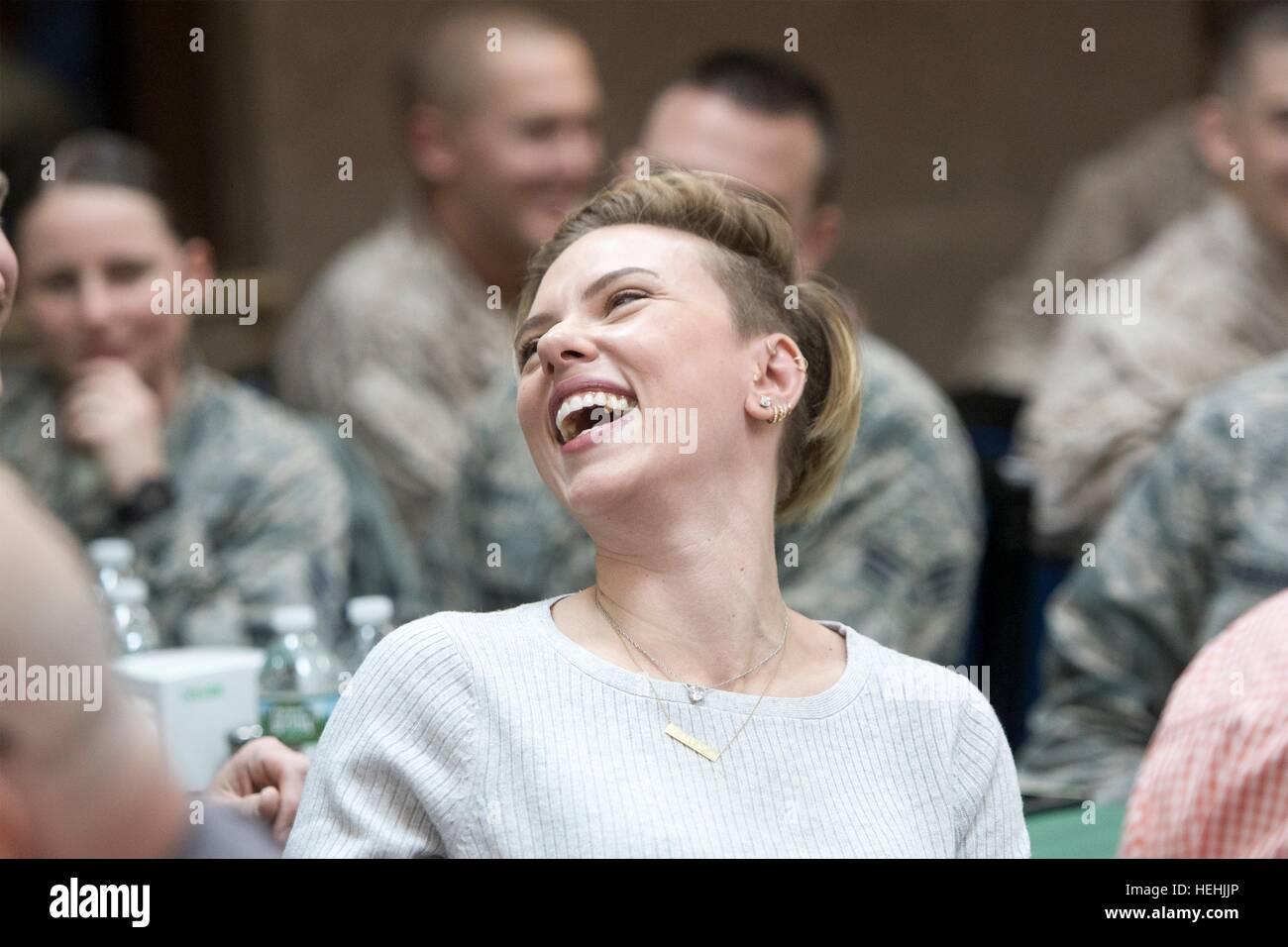 L'actrice Scarlett Johansson visite des soldats américains au cours d'un engagement de troupes USO Photo Stock