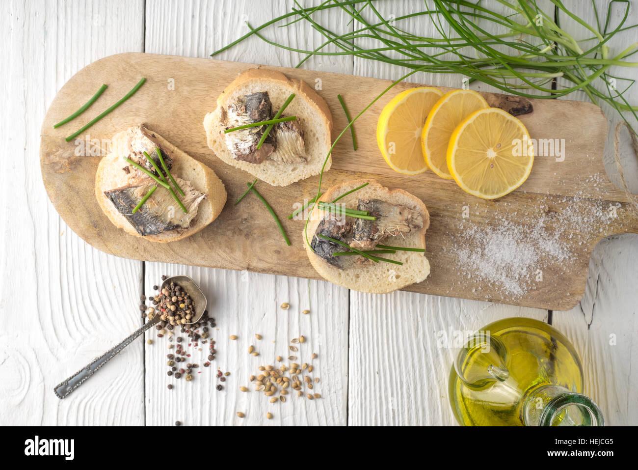 Des sandwichs avec des sardines et d'oignons sur une planche à découper l'horizontale Photo Stock