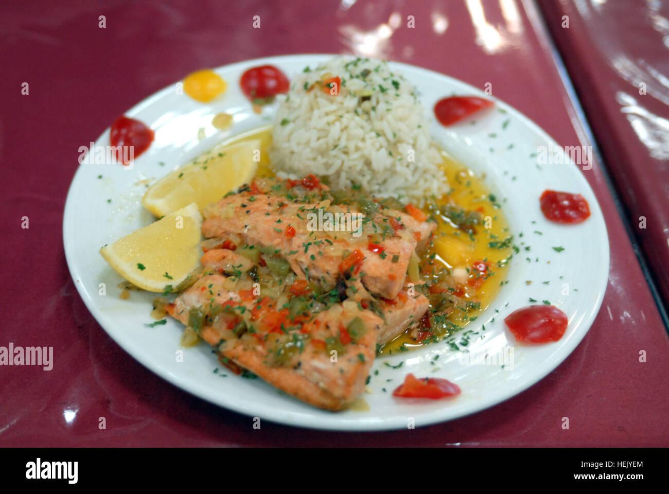 Une assiette de saumon et riz attend d'être dégustés et jugés au cours de la compétition Photo Stock
