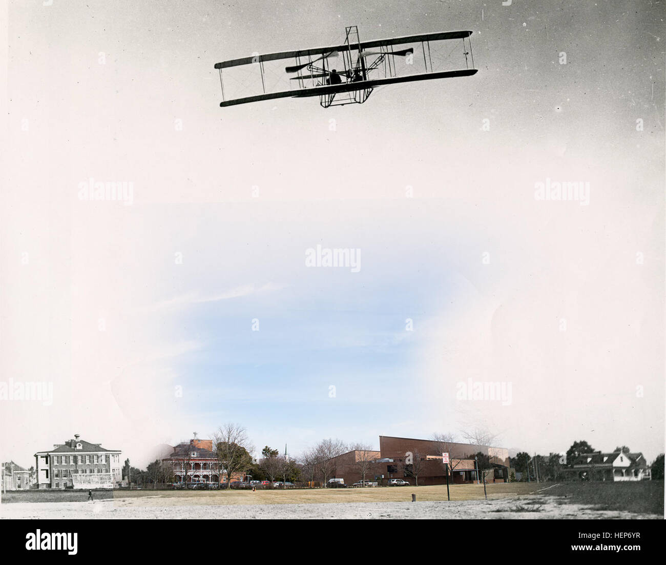 Cette image, date initiale et photographe inconnu, est d'un des avions des Frères Wright piloté plus de ce qui était alors Fort Myer, maintenant le Fort Myer partie de Joint Base Myer-Henderson Hall. Il ne peut pas être déterminé qui pilote l'avion dans cette photographie. La couleur de la photographie a été prise dans un endroit similaire près du bord de champ et Summerall Bldg. 417, le 16 mars. Le lieutenant Thomas Selfridge est crédité d'être le premier officier militaire de voler un vol en solo le 19 mai 1908, à Hammondsport, N.Y., selon le premier vol site web de la société. Le 17 septembre de la même année, Selfridge, w Banque D'Images