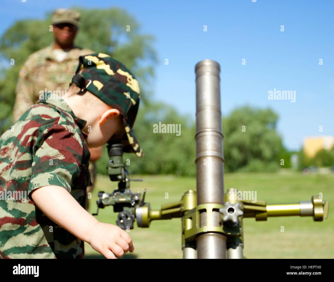 Un garçon regarde dans la vue d'un M224 de 60 mm Système de mortier au cours de l'Ancien hôtel de célébration en Adazi, la Lettonie le 28 mai 2016. Les membres de la Batterie B, l'Escadron d'artillerie, 2e régiment de cavalerie, et Fox Troop, 2e Escadron, 2e régiment de cavalerie a expliqué leur véhicule et de systèmes d'armes pour les citoyens de Adazi durant la partie Affichage statique de l'Ancien hôtel de célébration. Des expositions statiques sont un aspect important car il permet aux soldats d'interagir à un niveau personnel avec les citoyens dans la communauté où ils sont la formation au cours de l'Atlantique opérationnel résoudre. (U.S. Photo de l'armée par le Capitaine Banque D'Images