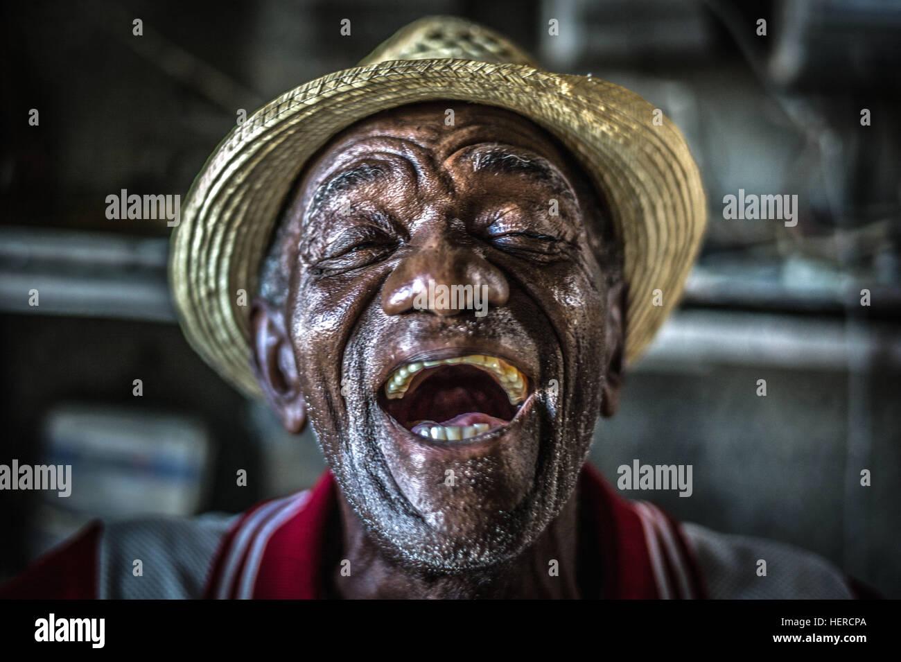 Cuba, La Havane, vieil homme heureux en riant, le visage de joie, Photo Stock