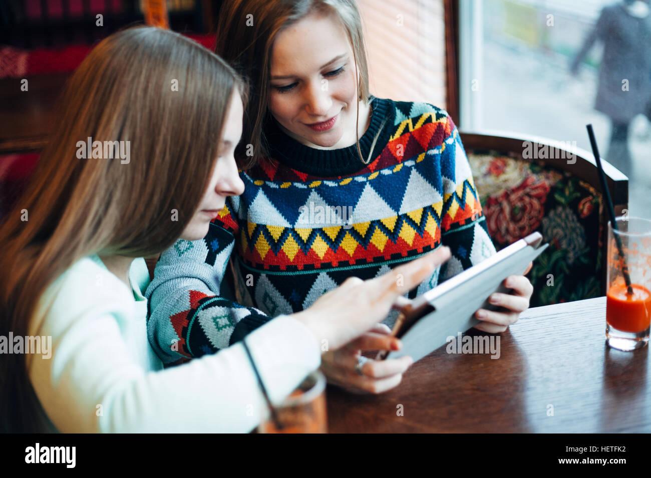 Girl friends communiquer dans un café Photo Stock