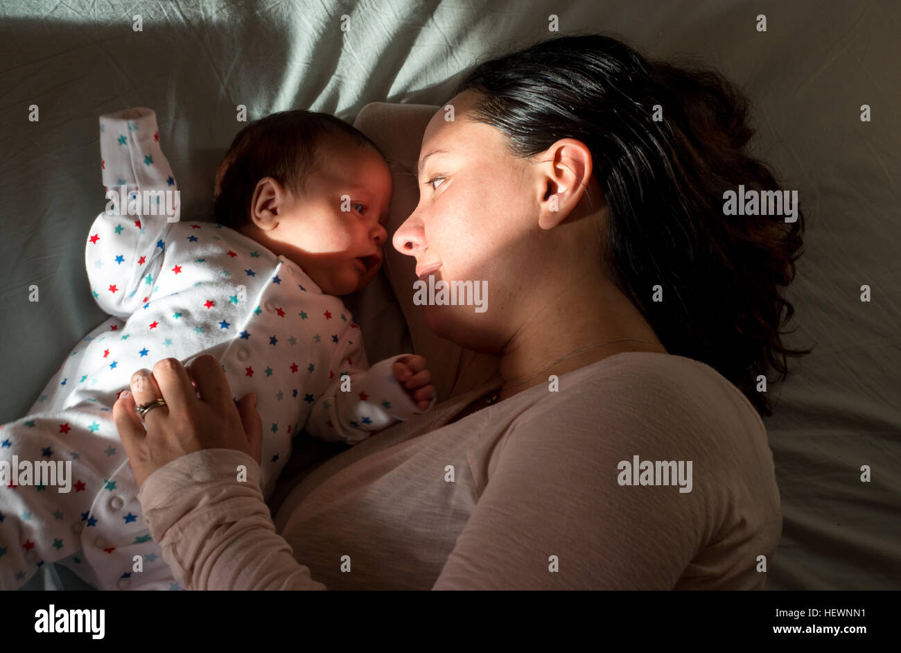 Mère et fils resting in bed Photo Stock