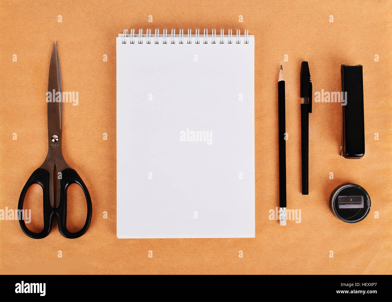 Maquette sur le papier kraft. En blanc les modèles avec modèle, copie espace, vue du dessus. Mise à Photo Stock