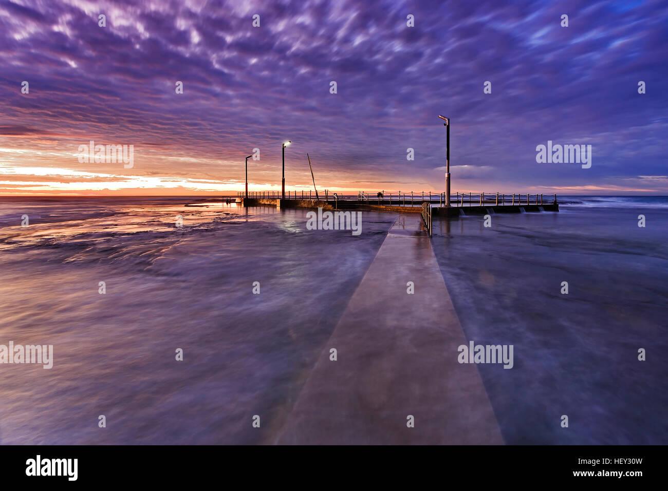 Plages du nord de Sydney Mona Vale rock publique extérieure au lever du soleil à marée haute. Écoulement Photo Stock