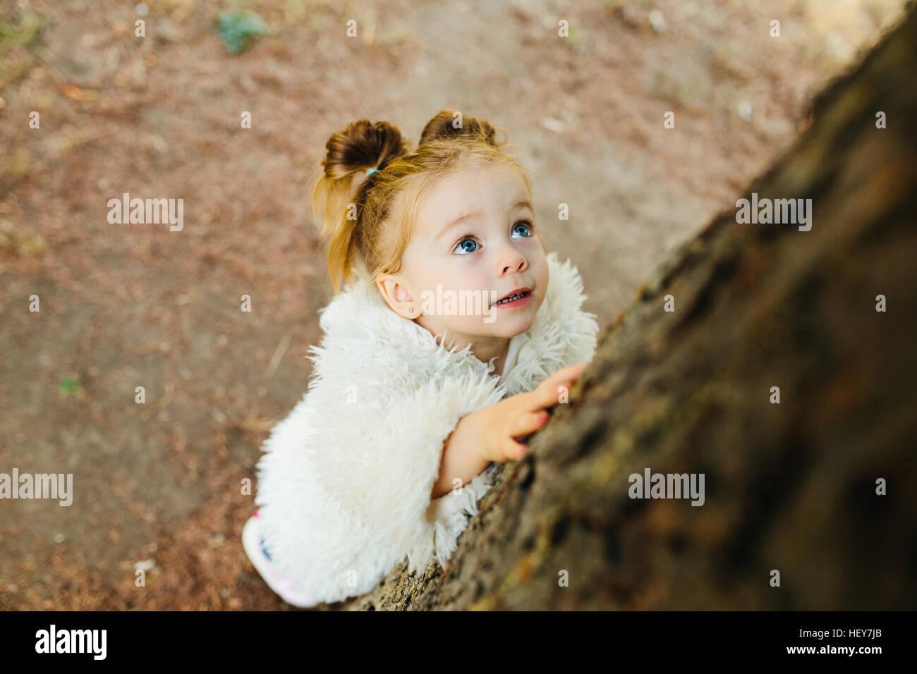 Cute little girl est jouer à l'extérieur Photo Stock
