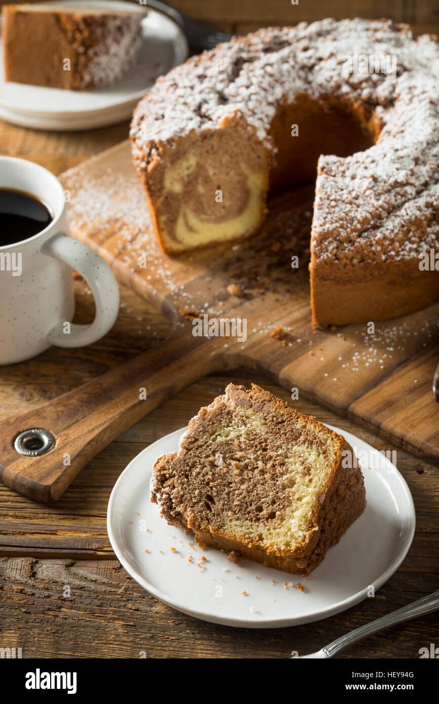 Gâteau au café de cannelle fait maison avec du sucre en poudre Photo Stock