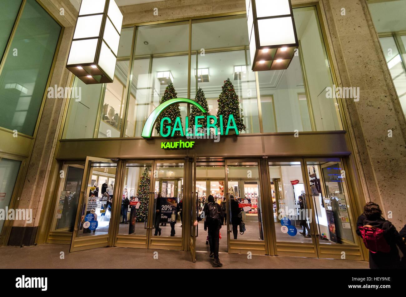 Logo et à l'extérieur entrée Galeria Kaufhof, grand magasin, boutique, détaillant. Alexanderplatz, Photo Stock